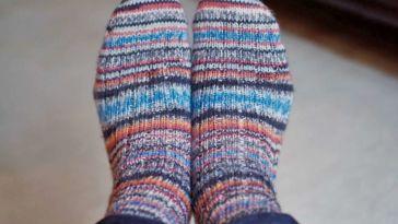 Zwei identische Socken stricken - Titelbild Zwei identische Socken stricken – So funktioniert es