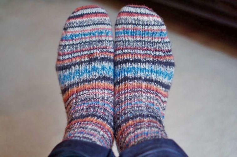 Zwei identische Socken stricken - Titelbild
