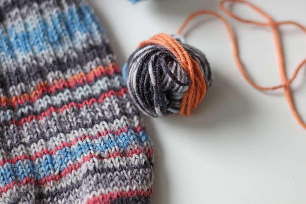 Zwei identische Socken stricken - Wolle abwickeln
