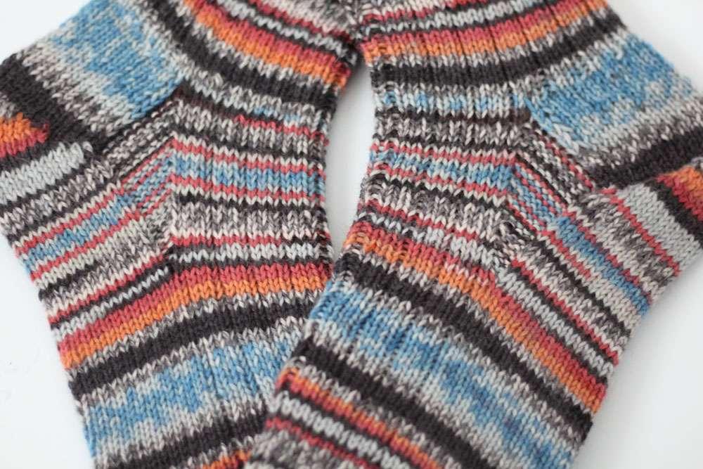 Zwei identische Socken stricken