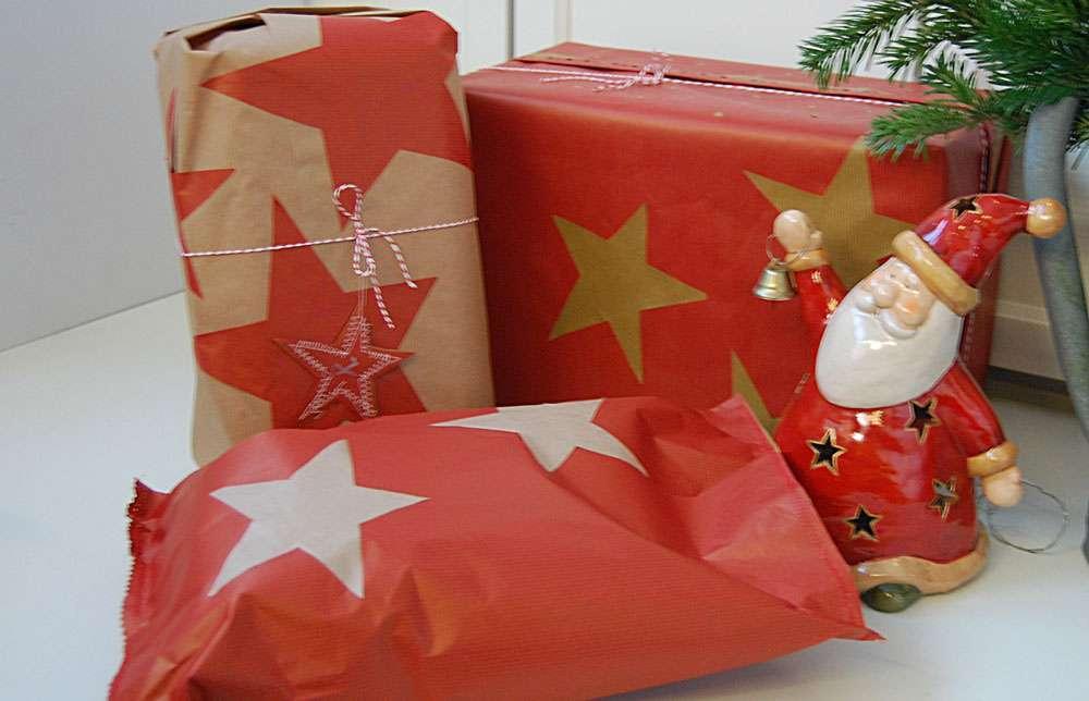weihnachtliche Geschenkverpackungen - aufgeklebte Sterne aus Packpapier Weihnachtliche Geschenkverpackungen mit Packpapier, Nähmaschine & Co.