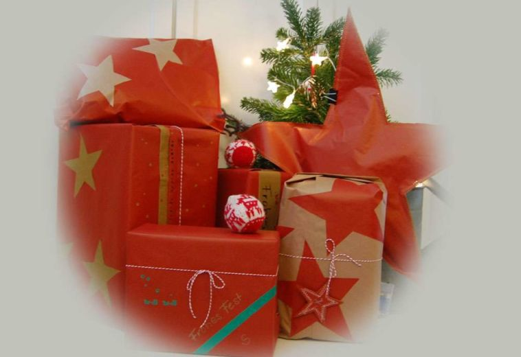 Weihnachtliche Geschenkverpackungen mit Packpapier, Nähmaschine & Co.