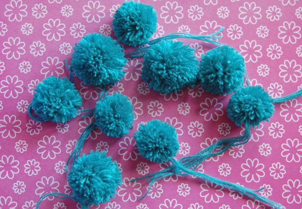 Pompons in Serie fertigen pompons selber machen DIY: Pompons selber machen – kostenlose Anleitung