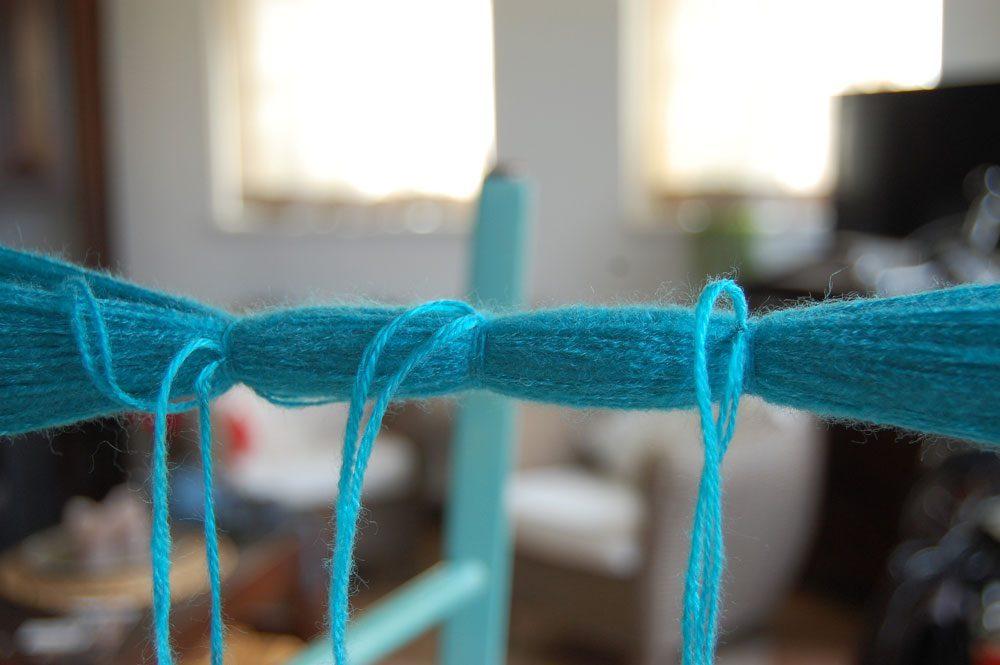 Pompons selber machen - abbinden pompons selber machen DIY: Pompons selber machen – kostenlose Anleitung