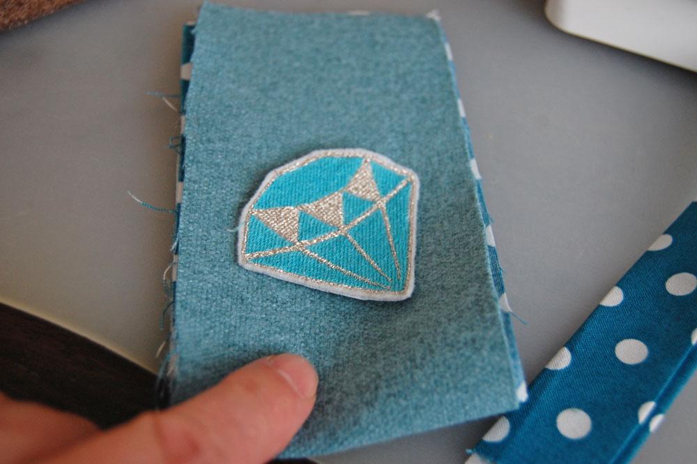 Smartphone-Tasche nähen - Patch positionieren Anleitung: Smartphone-Tasche nähen mit Ausziehhilfe