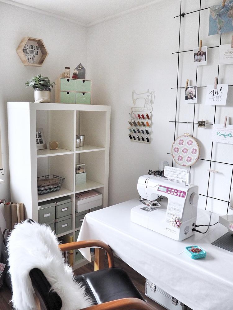Weiß: Hübsch dekorierte und Liebe bis ins Detail bei Desi von two and a half seams