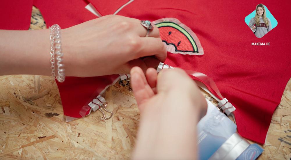 Badeanzug selber nähen: Elastikband an Dekolletee befestigen badeanzug selber nähen Anleitung: Badeanzug selber nähen (Schnittmuster zum Herunterladen)