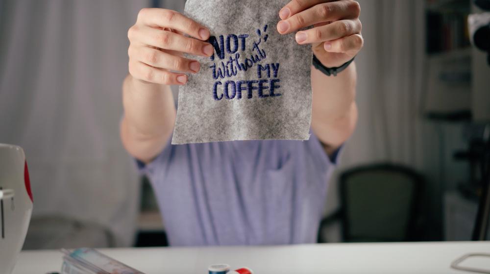 Tolles Ergebnis: Das gestickte Handlettering-Motiv von Makema.de mit wasserlöslicher Stickfolie wasserlösliche stickfolie Wasserlösliche Stickfolie in der Anwendung
