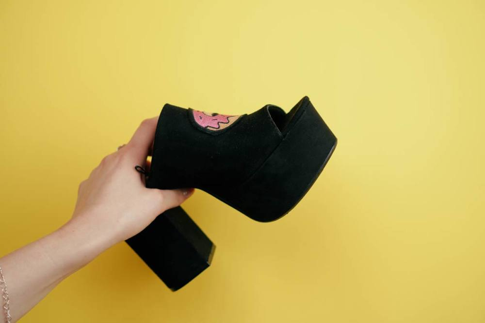 DIY – Schuhe pimpen mit Patches und Textilkleber schuhe pimpen Schuhe pimpen mit Patches