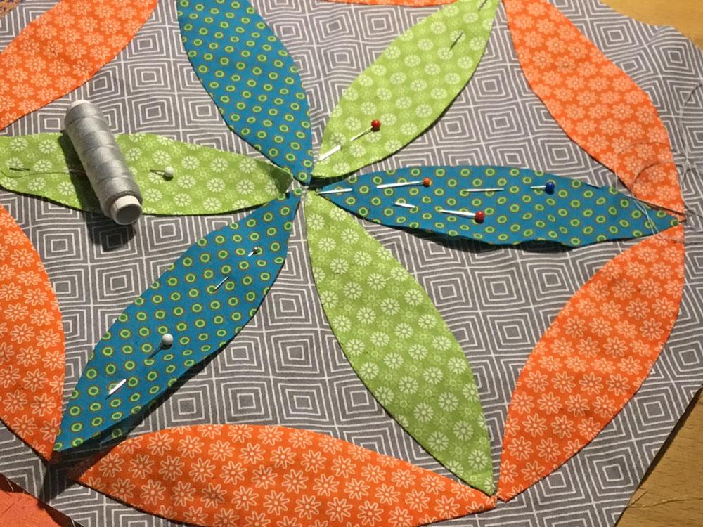 6 Köpfe 12 Blöcke - Die Blätter sind festgesteckt und werden von Hand festgenäht.