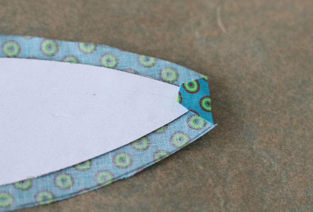 6 Köpfe 12 Blöcke - Beim Umbügeln werden zunächst die Spitzen umgebügelt.