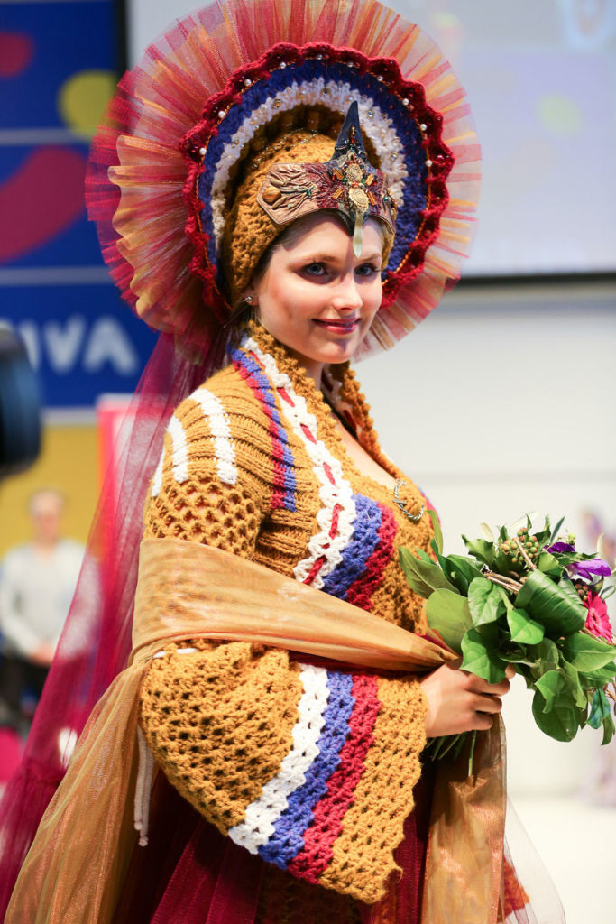DORTEX Design-Award - Frau in gestrickter Tracht