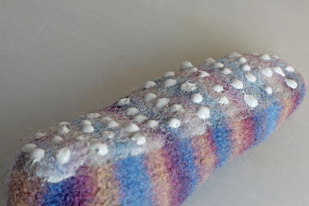 Rutschfeste Sohle für Filzpantoffeln - Jetzt kann auf die noch feuchte Schicht ein Muster mit Linien oder Punkten aufgetragen werden.