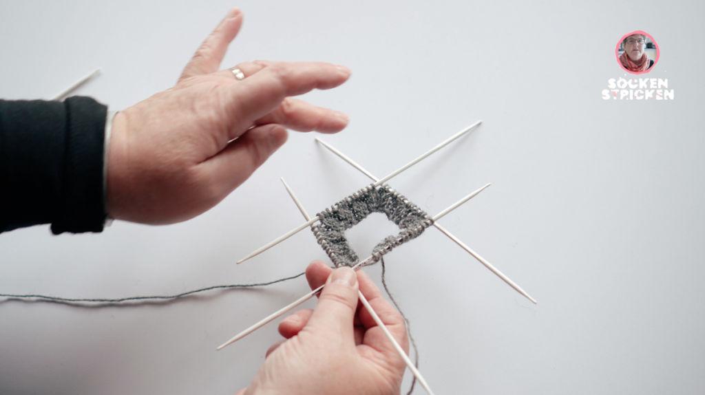 Übergang verschließen beim Stricken mit dem Nadelspiel