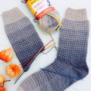 Gestrickte Geschenke - Tanja Steinbach_ Socktober1, aus Regia Pairfect gestrickte Socken mit interessantem Muster
