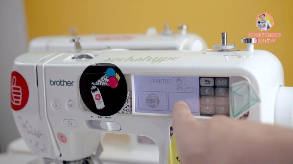 Stickmaschine für Anfänger: Durch Anschließen des Stickmoduls lassen sich die Stickdateien auf dem Display auswählen.