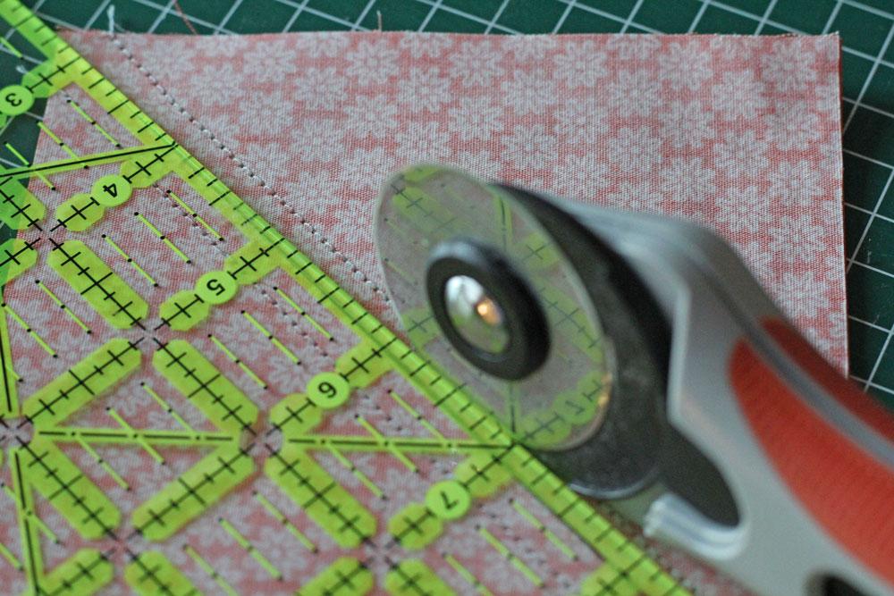 6 Köpfe 12 Blöcke - Novemberblock - Zuschnitt von Half-Square-Triangles (HST) 6 köpfe 12 blöcke 6 Köpfe 12 Blöcke – Jacobs Ladder – Quiltalong