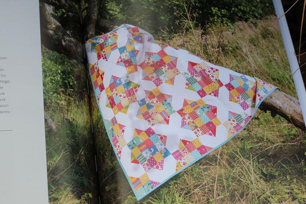 Buch Jelly Roll Quilts - Jeder Quilt wird eingangs stimmungsvoll präsentiert.
