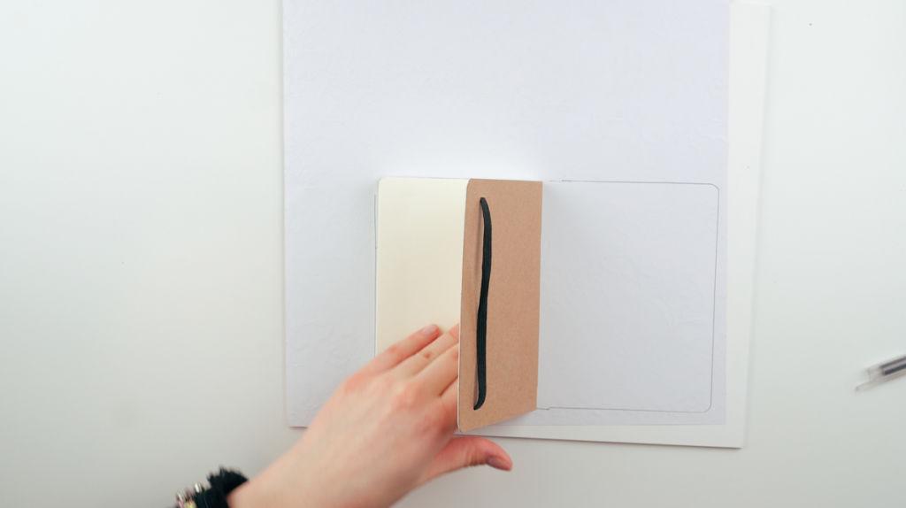 Umrisse des Notizbuches auf dem Dekopapier einzeichnen.