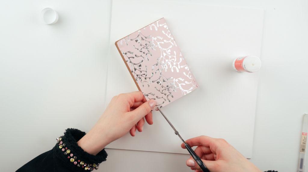 Aussparungen für das Gummiband einschneiden beim Notizbuch gestalten.