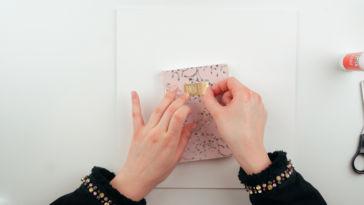 Beim Notizbuch gestalten klebt Marit ein gestaltetes Schild auf. notizbuch gestalten Notizbuch gestalten