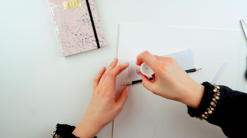 Zusätzlich zum Notizbuch gestalten, kannst du auch einen Bleistift passend gestalten.