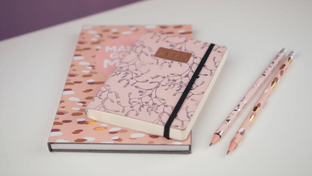 Geschenke selber machen: Ein selber gestaltetes Notizbuch / Tagebuch / Kalender ist ein schnelles Mitbringsel.