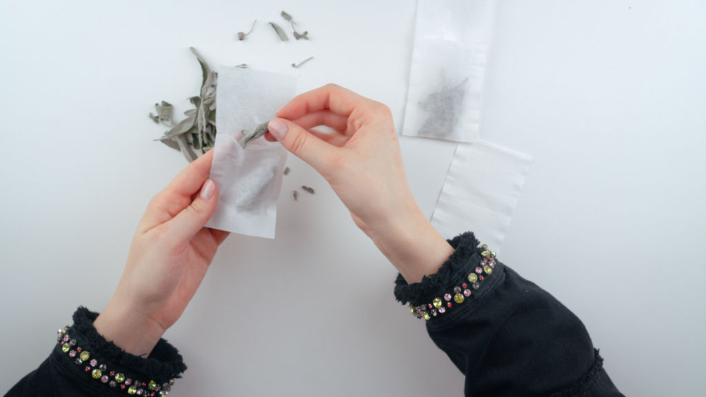 Teebeutel mit Salbeiblätter befallen. teebeutel selber machen Teebeutel selber machen