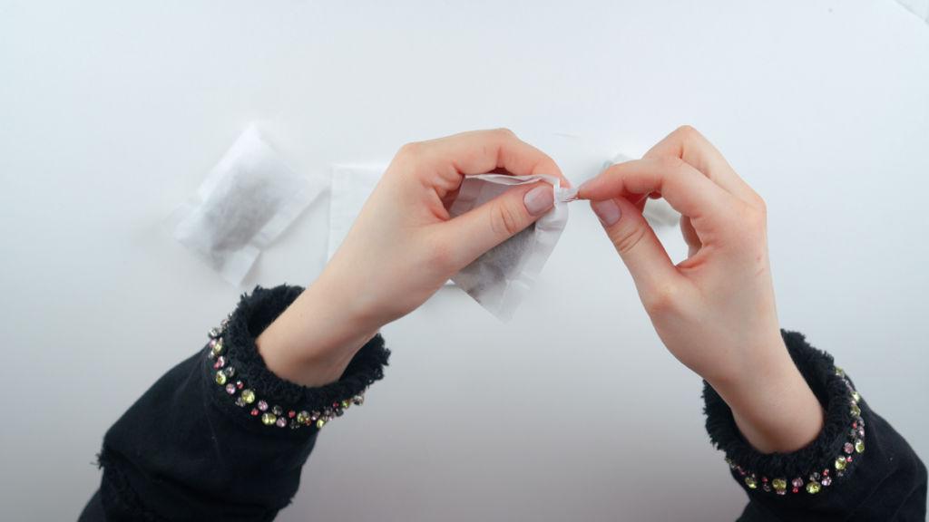 Zugband des Teebeutels zuziehen, alternativ: Teebeutel zunähen. teebeutel selber machen Teebeutel selber machen