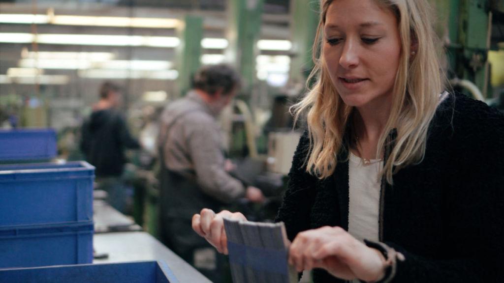 Julia von der Scherenmanufaktur PAUL zeigt die vielen Schritte bei der Produktion einer Stoffschere.