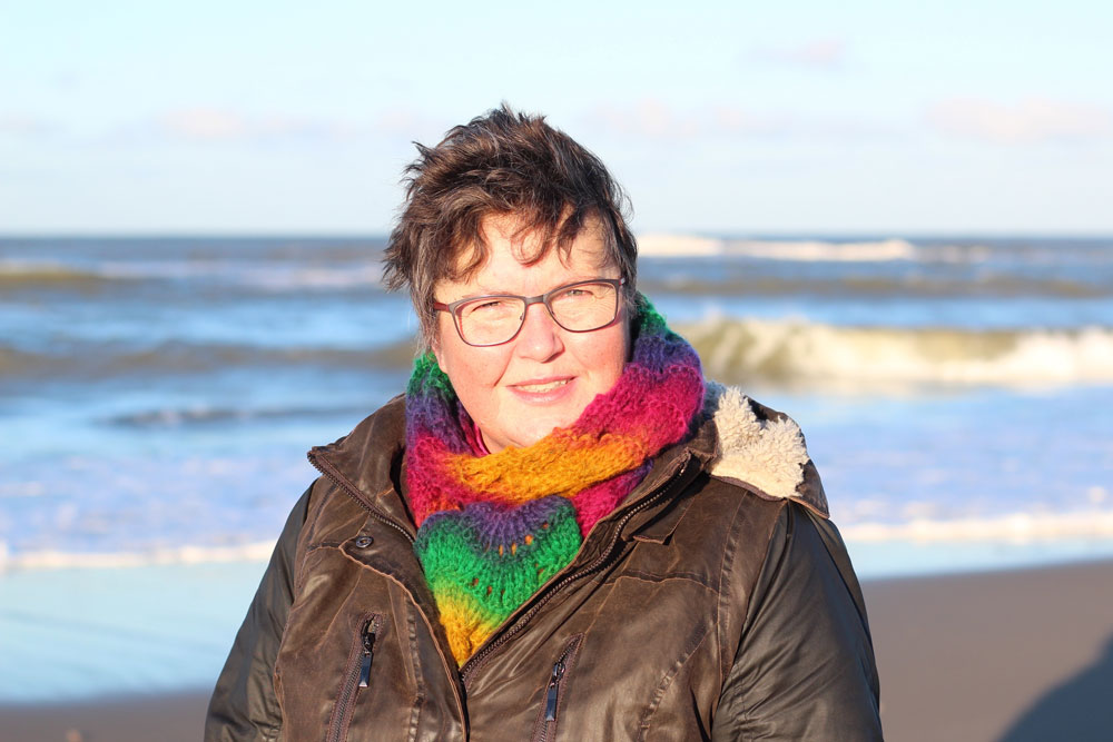 Der Wind im Januar bläst heftig an der Nordsee. Trotz Sonnenschein ist es bitterkalt. Aber der Schal Emmi, gestrickt aus dem tollen Garn Rosalba, hält wunderbar warm.