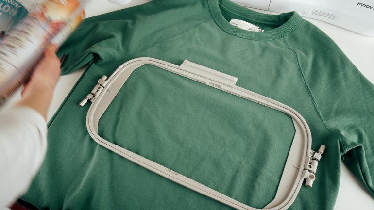 Zum Pulli / T-Shirt besticken die Postion des Stickrahmens testen.