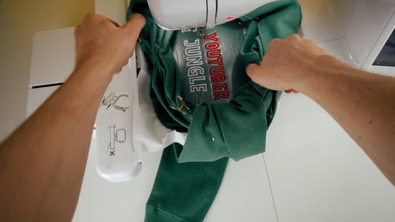 Pulli / T-Shirt besticken: Mit Klammern den außen liegenden Stoff fixieren.