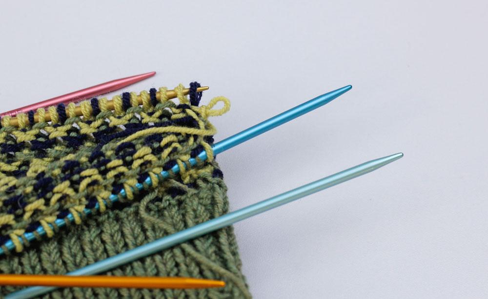 Stricktricks: Beim Weglegen des Strickstücks rutscht schnell mal eine Masche von der Nadel.