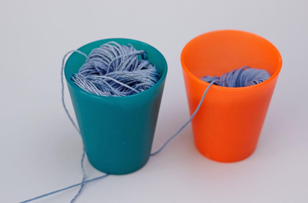 Strick Tricks - Wollknäuel in Plastikbechern, damit es keine Scherben gibt.