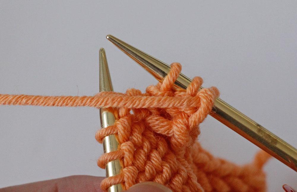 Randmaschen stricken: Der I-Cord-Rand wird gestrickt