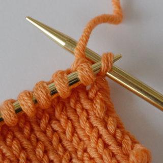 Randmaschen stricken: Bei der Kettmasche wird die erste Masche einer Reihe rechts gestrickt.