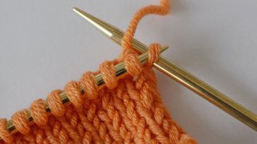 Randmaschen stricken: Bei der Kettmasche wird die erste Masche einer Reihe rechts gestrickt. randmaschen stricken Randmaschen stricken – Wir klären, wie du einen schönen Rand erhältst