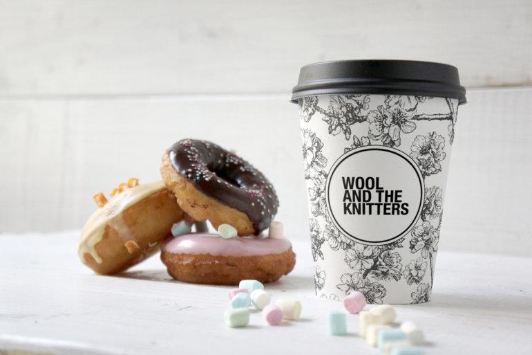 »WOOL AND THE KNITTERS« Café mit Donut im Wollgeschäft integriert