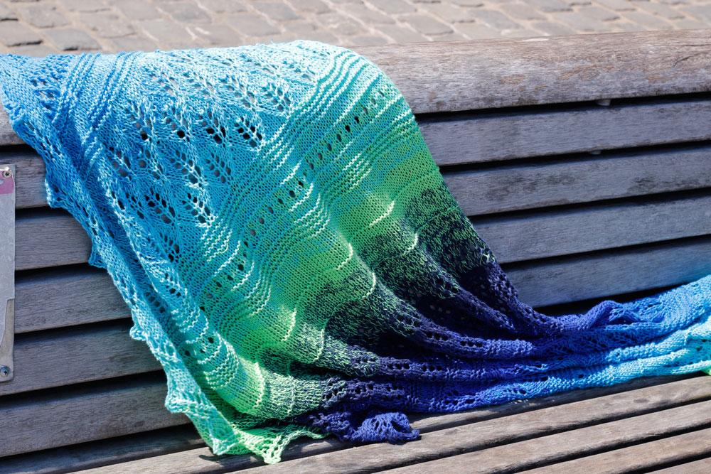 Dreieckstuch stricken - Das Tuch Vicky auf einer Bank [object object] Dreieckstuch stricken mit dekorativer Spitzenkante – Tuch Vicky