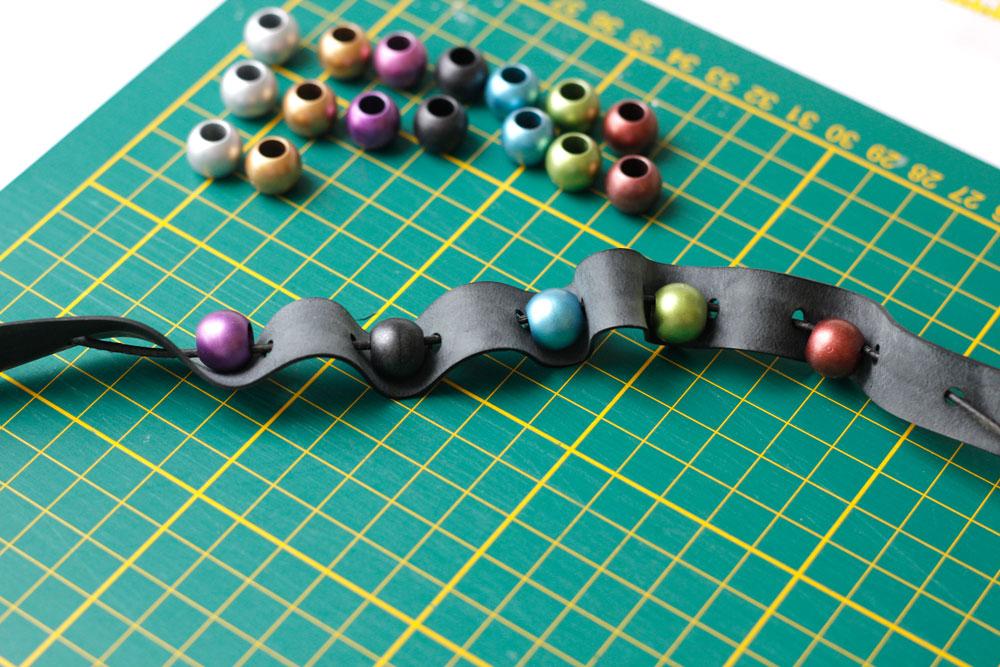 PaillettenPerlenPlunderFrickelAlong - Perlen werden aufgefädelt