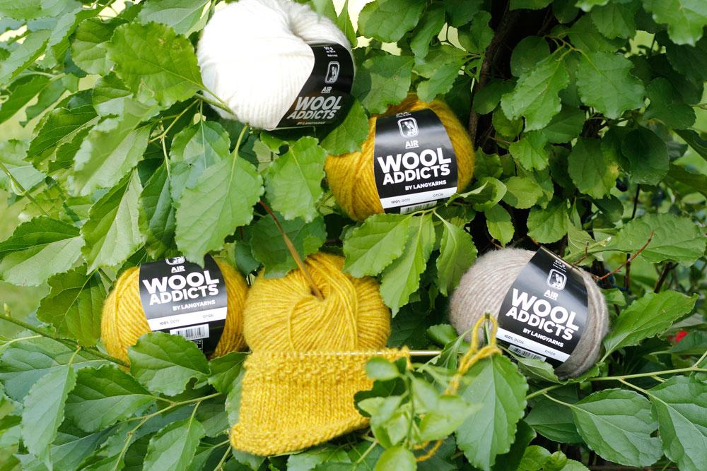 WOOL ADDICTS AIR - Wollknäuel und Maschenprobe im Baum wool addicts Kissen stricken mit WOOL ADDICTS AIR von LANG Yarns