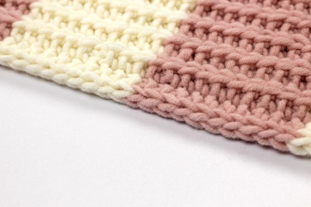 Schal stricken - Der I-Cord-Rand sieht sauber aus und zusätzlich kann der Faden, der nicht benötigt wird, in dem kleinen Tunnel mitlaufen. So wird ein lästiges Fädenvernähen auf ein Minimum reduziert.