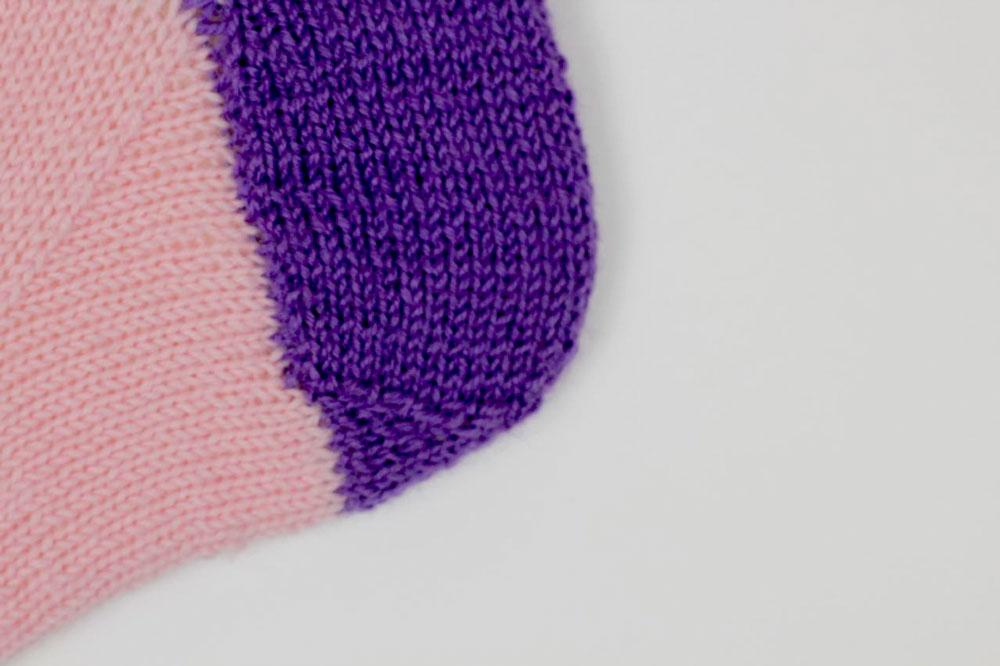 Die Herzchenferse mit Fersenwand und Herzchen – Hier sind schon weitere Anesasocks: Maschen in Rosa aufgenommen für den Fuß.