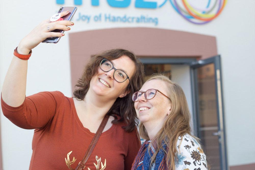 BlackForestCrafts-Bloggertreffen: Die Fricklerinnen beim Selfiemachen vor dem Eingang zum Showroom