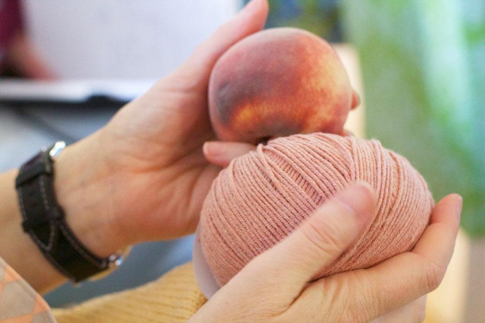 Blackforestcrafts-Bloggertreffen. Das neue Garn in der Farbe Peach (übersetzt: Pfirsich) ist weich wie ein Pfirsich.