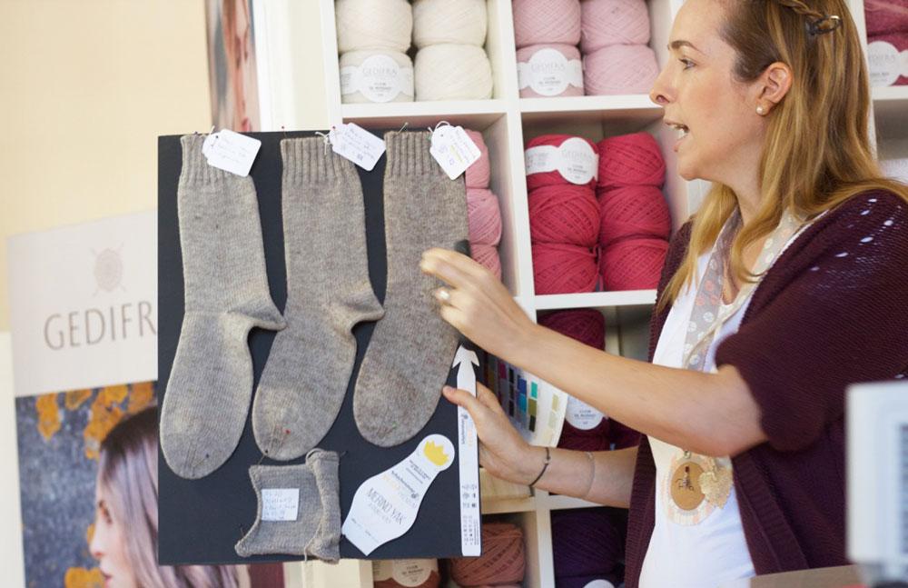 Blackforestcrafts-Bloggertreffen. Alina erklärt anhand drei gestrickten Socken aus Merino Yak die Veränderungen nach dem Waschen und Trocknen.
