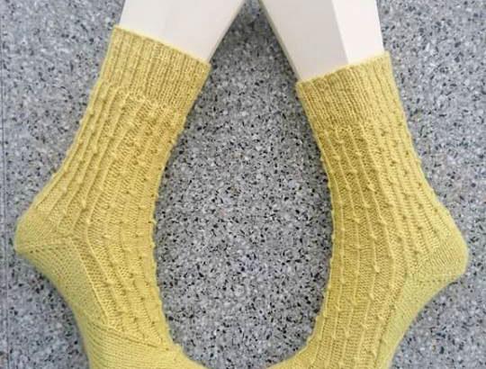 Die Sockenfee hat die BeritSocks in zartem Gelbton mit Bumerangferse probegestrickt.