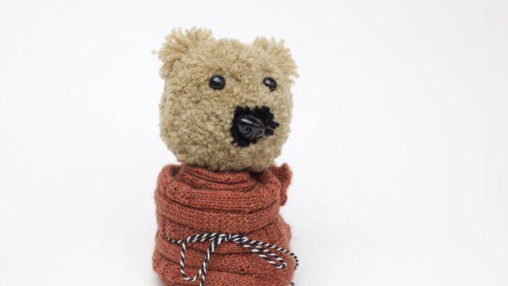 Socken verpacken - Charlie, so heißt die Pomponschablone für den Bärenkopf.
