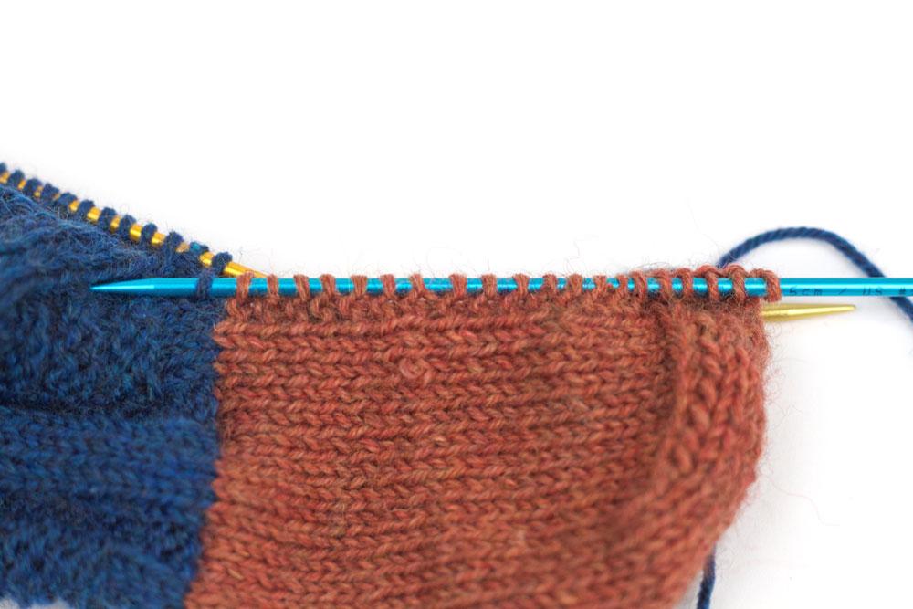 ElisSocks - Nadel mit zweiter Hälfte der Fersenmaschen werden durch die Knötchen der zweiten Fersenwand geschoben.